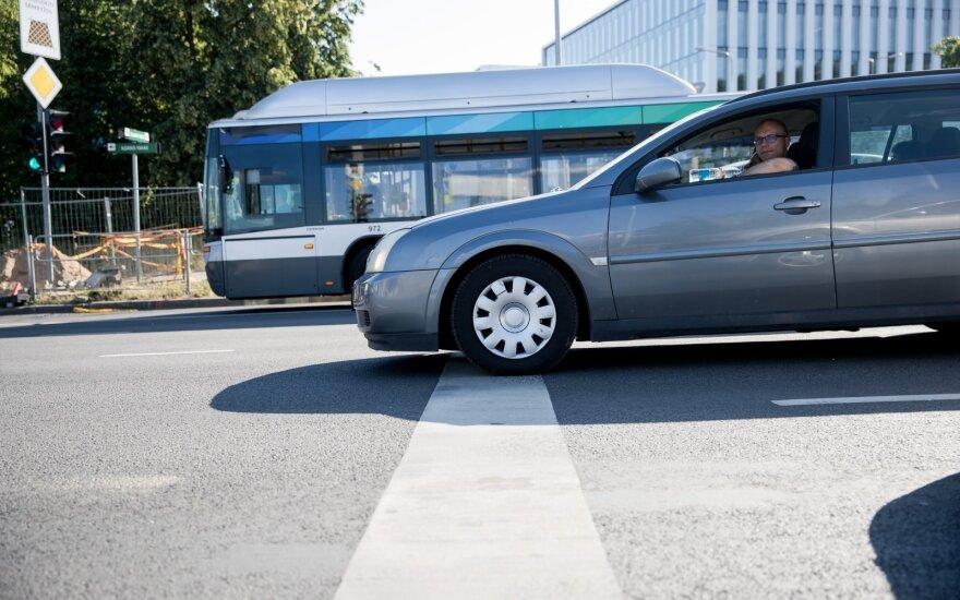Konfliktai greitėjimo ir lėtėjimo juostose: klysta kone visi, nes nežino vienos taisyklės