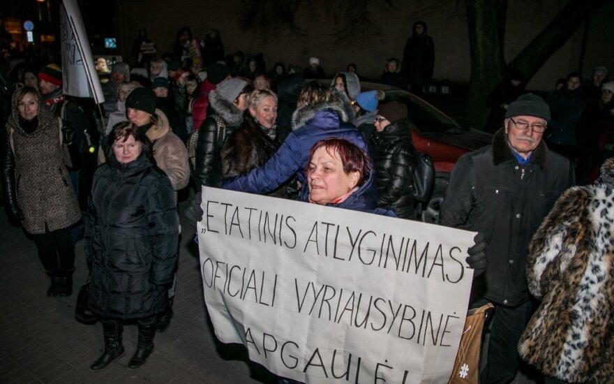 """Keletas mitų apie streikuojančius mokytojus <em>arba</em> """"oranžinių sofų"""" revoliucija"""