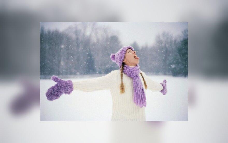 Mergina džiaugiasi sniegu
