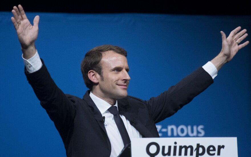 Apklausose Prancūzijos prezidento pergalė tebeprognozuojama E. Macronui