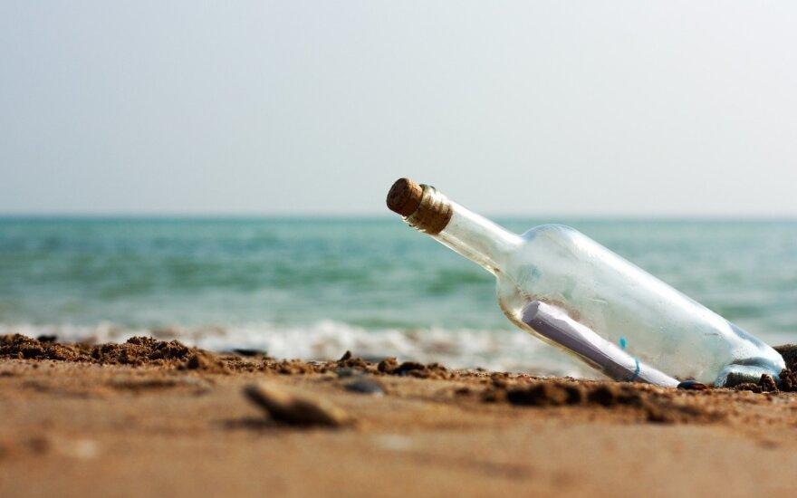 Į jūrą britų poros išmesta žinutė butelyje nukeliavo neįtikėtinai toli