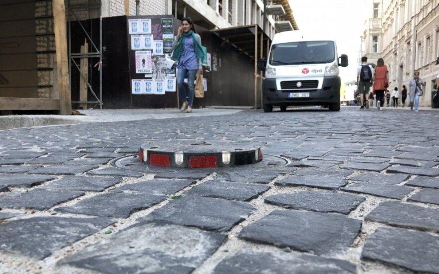 Netikėtai pakilęs gatvės atitvaras kliudė mikroautobusą sostinės centre