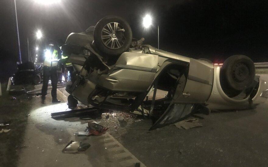 """Kauno pakraštyje """"Ford"""" rėžėsi į """"Renault"""" ir visiškai jį sumaitojo, automobilis apvirto"""