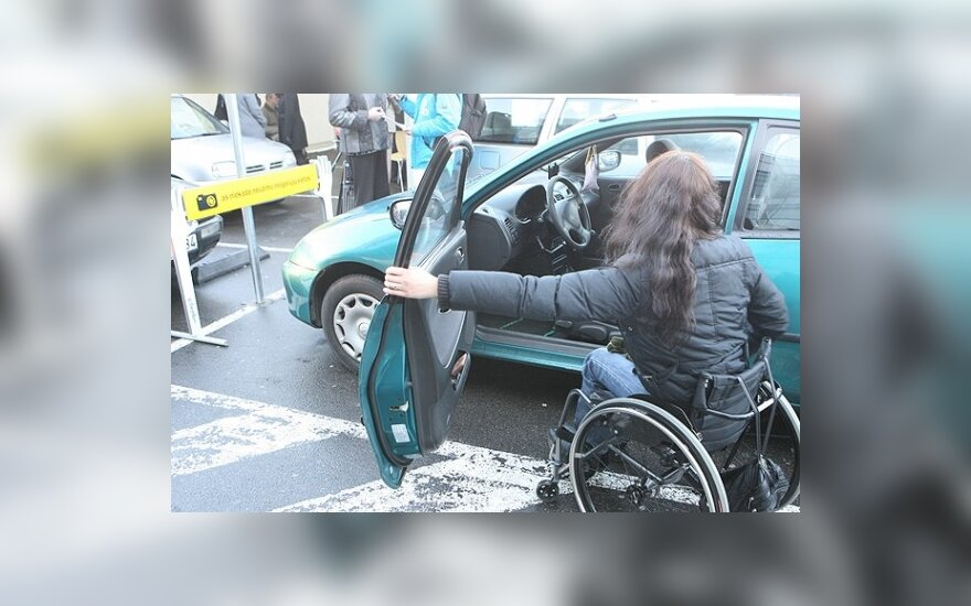 Kova dėl stovėjimo vietų – ir tarp vairuotojų su negalia