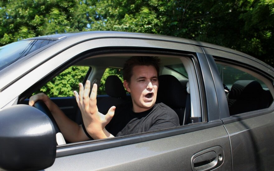 Pykstate už vairo? Esate tokie patys pavojingi, kaip ir neblaivūs vairuotojai