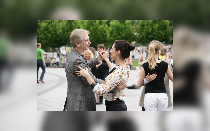 Maestro Gintaras Rinkevičius ir dainininkė Ieva Prudnikovaitė tango ritmu