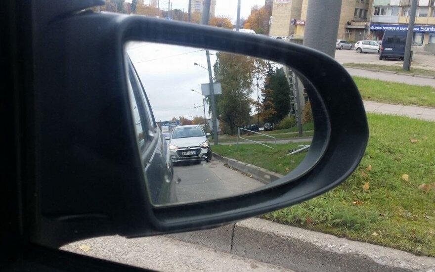 """Kaune jaunuolis, nesuvaldęs """"CityBee"""" automobilio, rėžėsi į kelio atitvarą"""