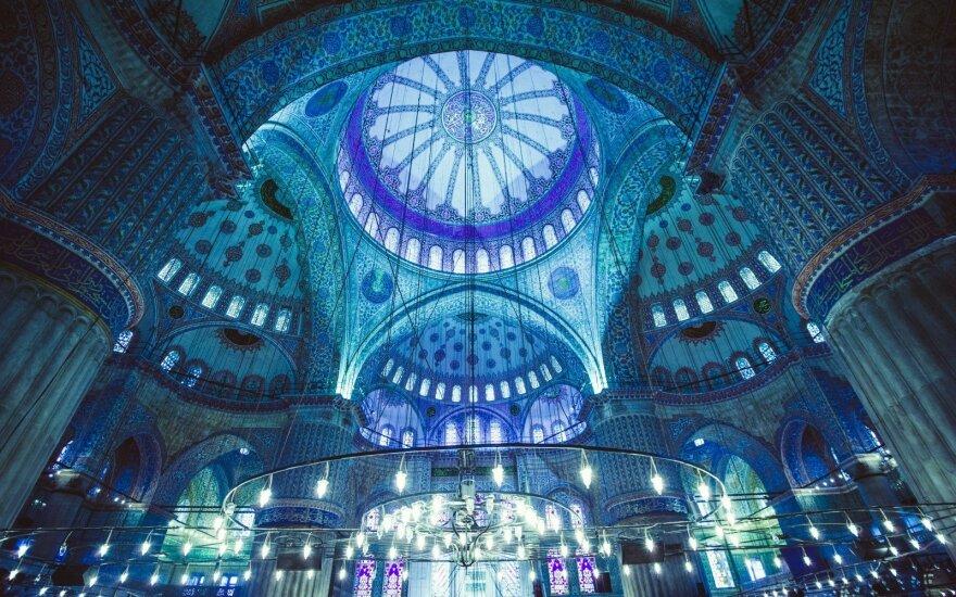 Naujas garsiosios turkės Elif Shafak romanas – spalvingas tarsi rytietiškas kilimas