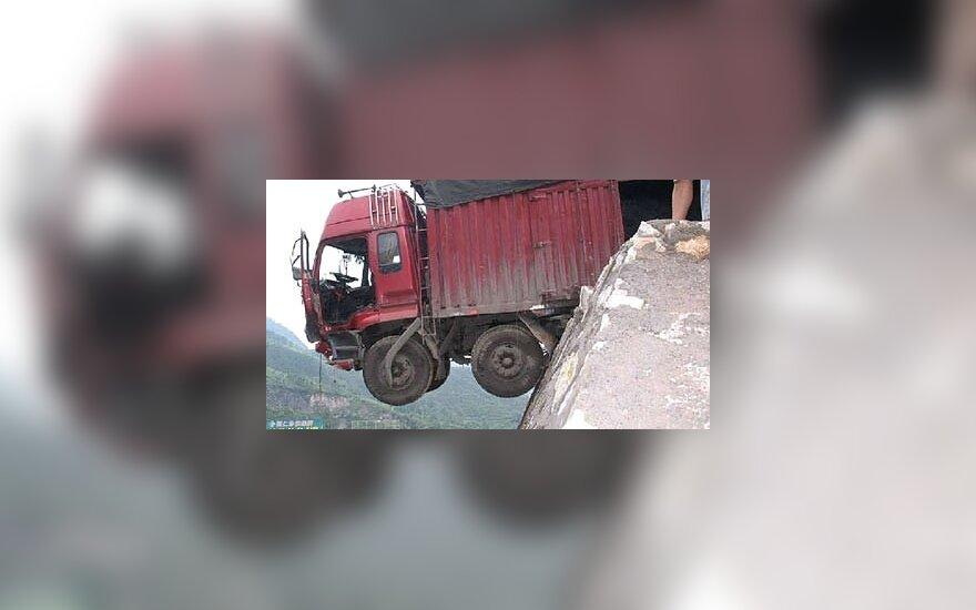 Vairuotojui pavyko išsigelbėti iš sunkvežimio, pakibusio virš prarajos