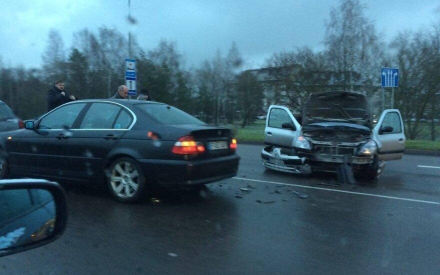 Vilnietis užfiksavo vaizdą iškart po eismo įvykio: susidūrė trys automobiliai