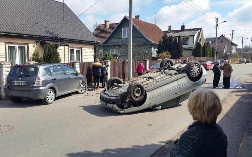 """Kaune po susidūrimo su """"Toyota"""", klevo lapu pažymėtas """"Audi"""" apsivertė vidury gatvės"""