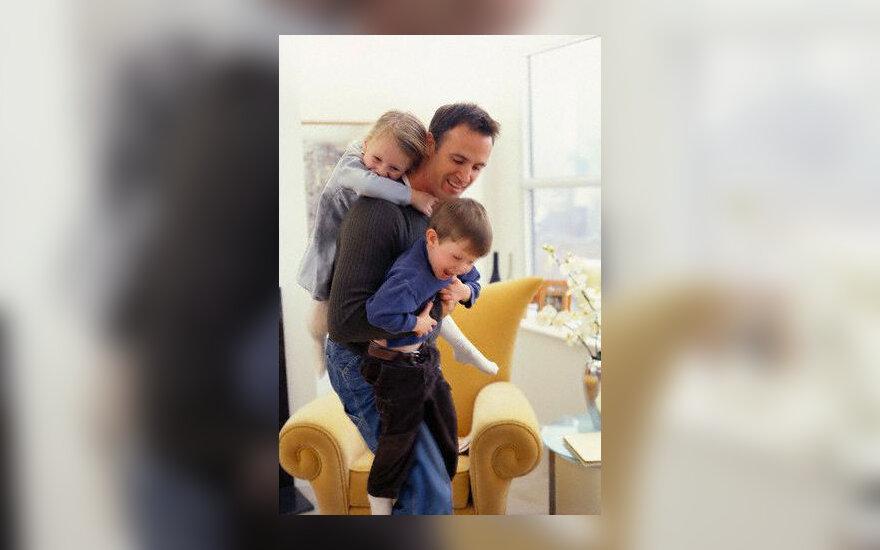 Šeima, tėvas su vaikais, žaidimai