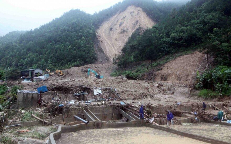 Vietname per potvynius apgadinta kelių ir namų, žuvo 15 žmonių