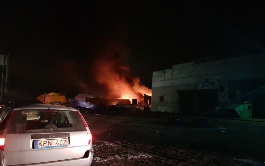 Mažeikiuose perpumpuojant dujas kilo gaisras, užsidegė dujovežiai