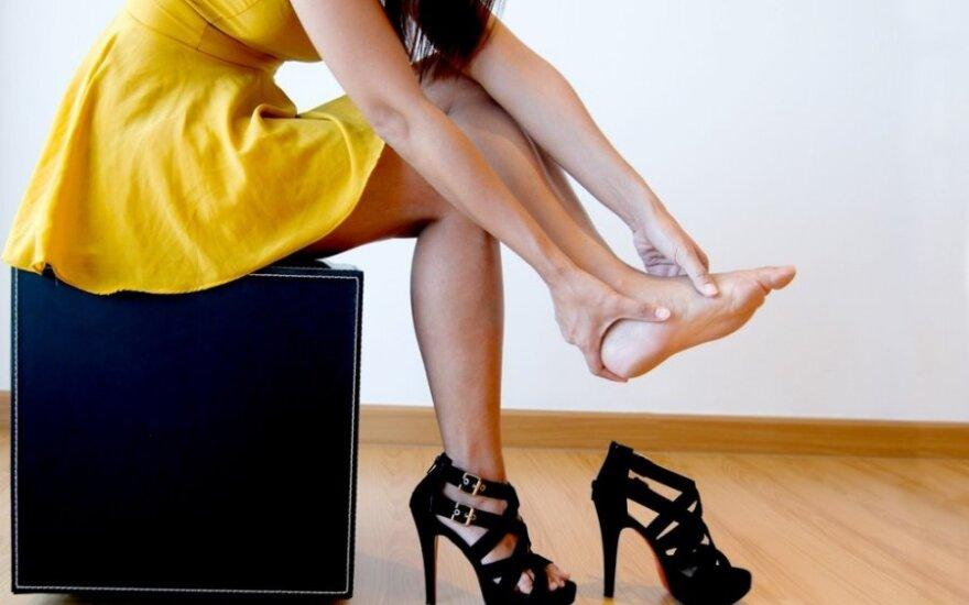 Kodėl moterų pamėgti aukštakulniai tampa jų pėdų priešu?