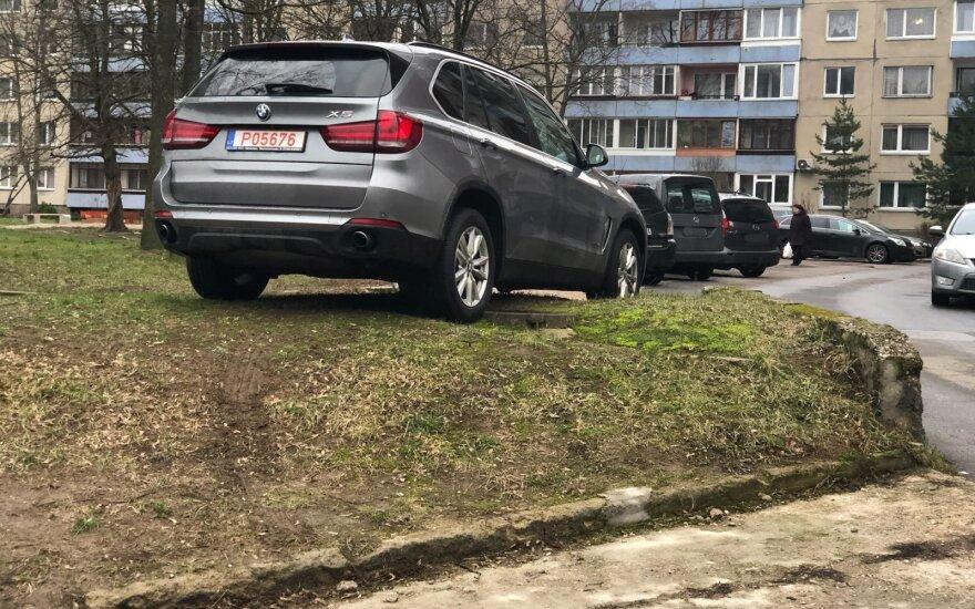 Įžūlus BMW vairuotojas erzina daugiabučio kaimynus