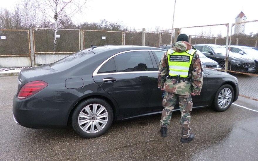 """Pasieniečiai sulaikė Latvijos piliečius, važiavusius naujutėliu vogtu """"Mercedes"""""""