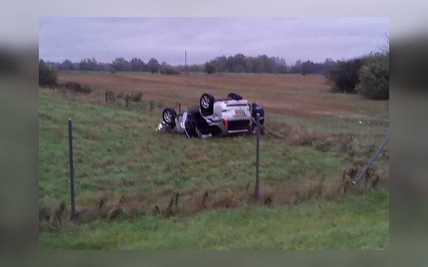 Vogtu automobiliu nulėkė į pievas ir vertėsi ant stogo, policija greitai susekė įtariamąjį