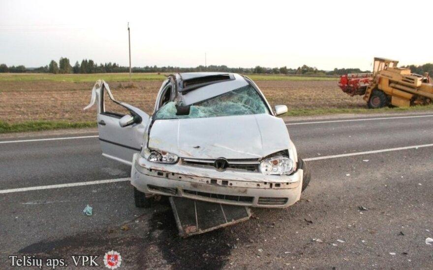 """Į kombainą įsirėžusio """"VW Golf"""" vairuotojas spruko, palikęs girtus draugus"""