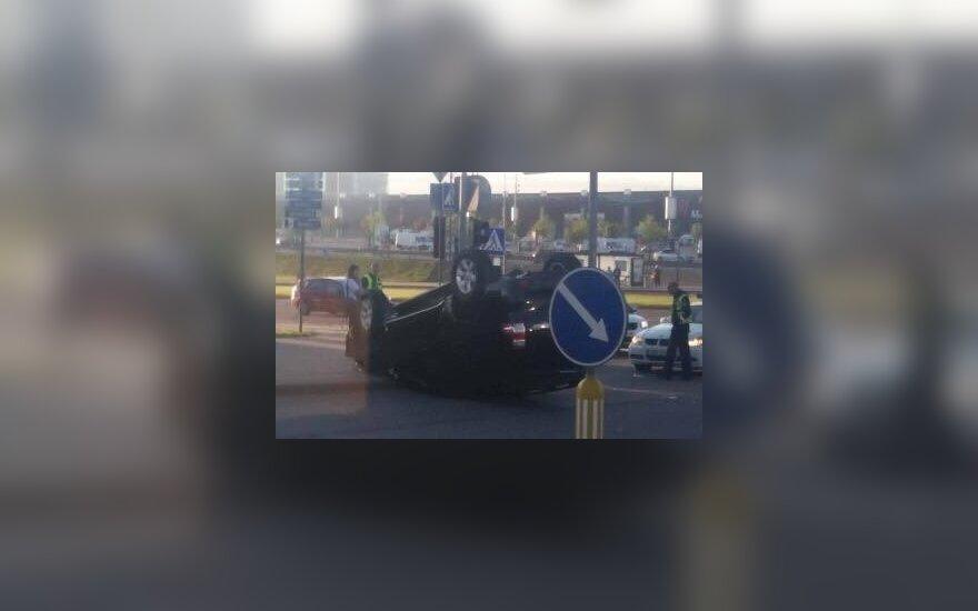 """Vilniuje paryčiais jauna vairuotoja prie """"Akropolio"""" sukėlė avariją, jos automobilis apsivertė"""