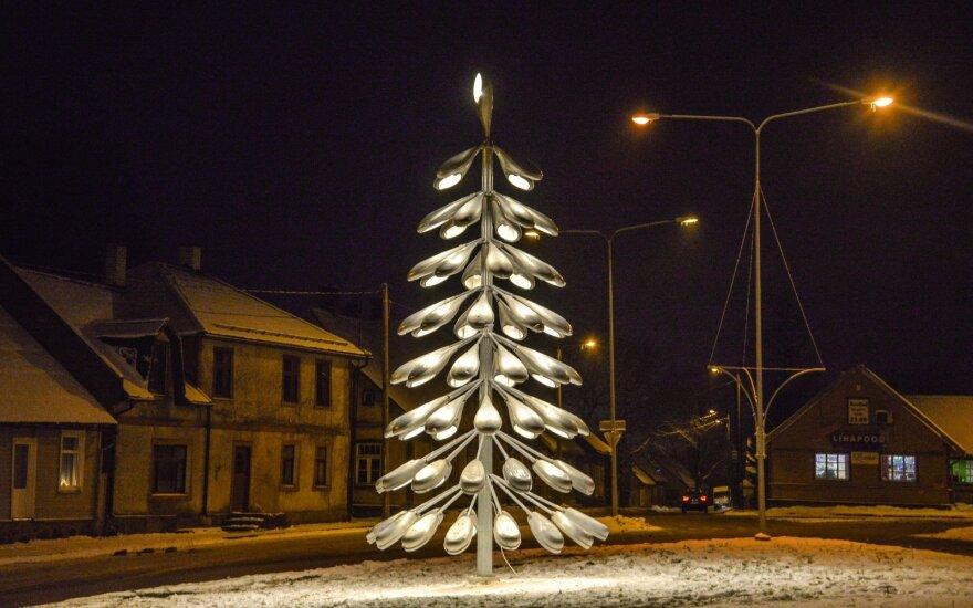 Kalėdinė eglė iš gatvės lempų