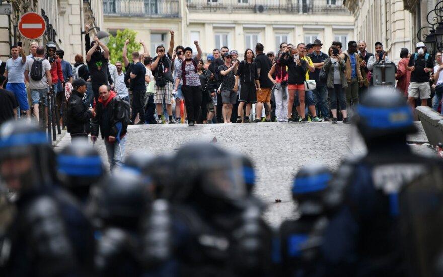 Paryžiuje po parado protestuotojai susirėmė su policija