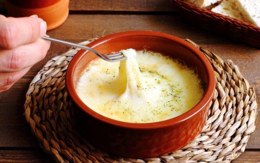 GURMANAMS: sūrio fondiu su kriaušėmis
