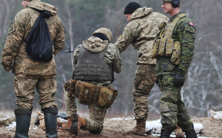 Per naujus susirėmimus tarp Ukrainos pajėgų ir prorusiškų separatistų šalies rytuose žuvo trys ukrainiečių kariai, vienas sužeistas.