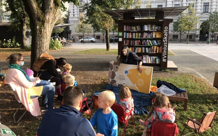Nemokama vasaros skaitykla, turinti beveik tūkstantį knygų, sugrįžta į Lukiškių aikštę
