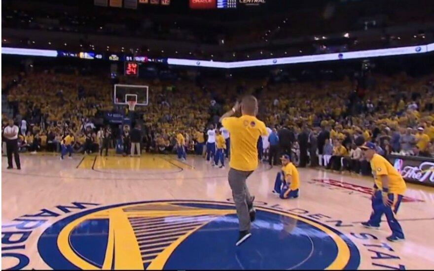 Krepšinio fanas pataiko iš aikštės vidurio