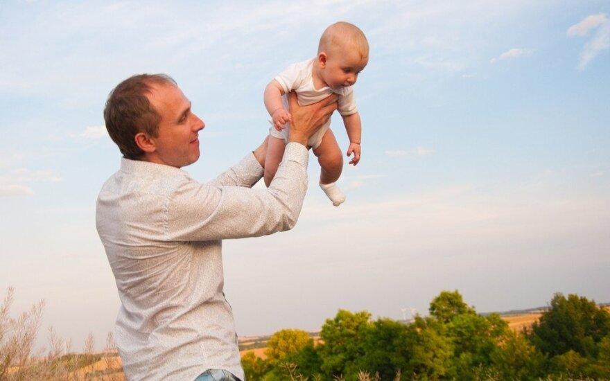Panašu, kad vyrams tėvystės atostogos truks mažiausiai du mėnesius