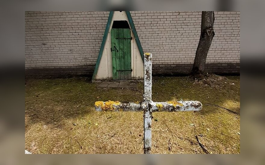 Prie Pašilės bažnyčios moteris nufotografavo senovinę tupyklą.