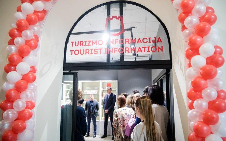 Vilniaus oro uoste turistams informaciją ir naktimis teikiantys darbuotojai apie miesto svečius: kai kurie į Vilnių atskrenda netyčia