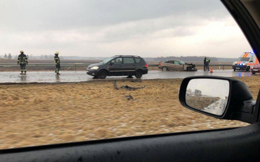 Kelyje Vilnius-Panevėžys susidūrė 3 automobiliai, galimai sužalotas mažametis
