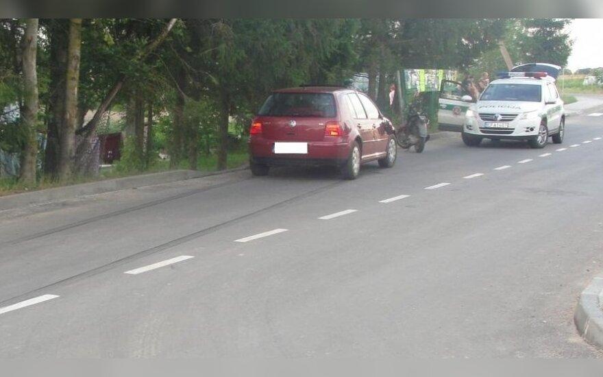 """""""Niekieno"""" motoroleriu prieš automobilį išlėkęs vyras sunkiai susižalojo"""