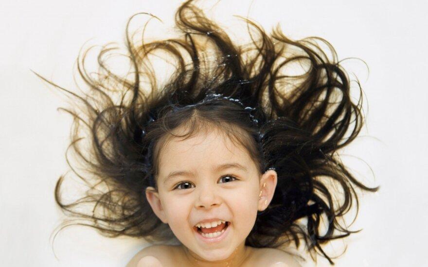 Dėl impulsyvaus dvimetės įpročio teko nuskusti jai plaukus