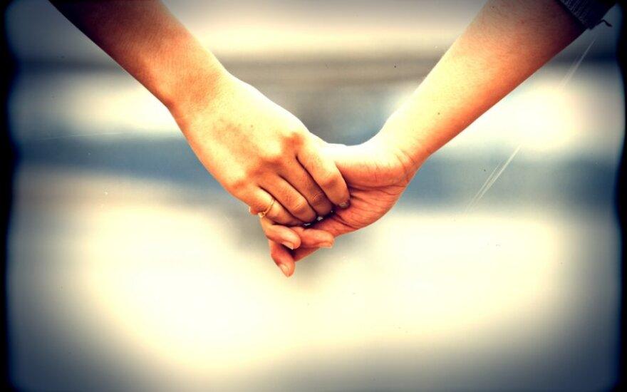 Vedami finansinių įsipareigojimų, net ir po skyrybų kai kurie žmonės lieka gyventi kartu.