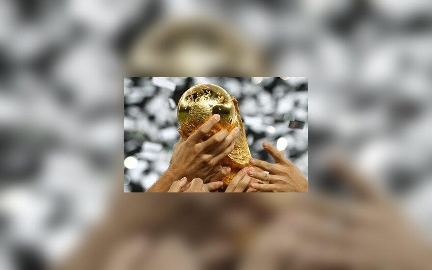 Pretendentė į 2006-ųjų Metų nuotrauką. Italų žaidėjai kelia Pasaulio futbolo čempionato taurę.