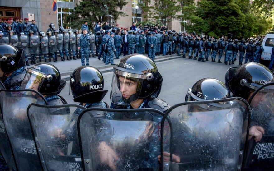Protestai Armėnijoje įgavo milžinišką mastą: prisijungė kariai, prorusiškas premjeras skelbia apie pasitraukimą