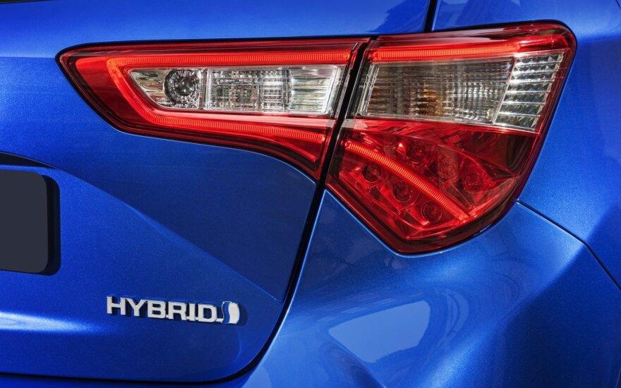 Daugiausiai laiko mieste važinėjantiems siūlo rinktis automobilius hibridiniu varikliu