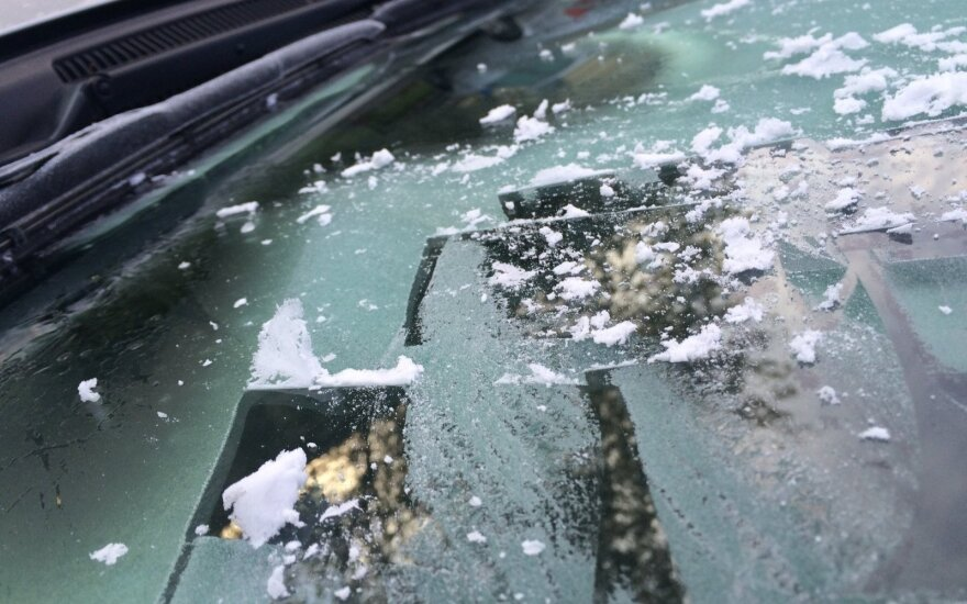 Atlikę šiuos darbus nesiskųsite apšalusiu ar aprasojusiu automobilio langu
