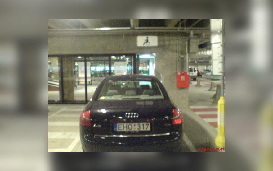 Audi neįgaliesiems skirtoje vietoje. Skaitytojo nuotr.