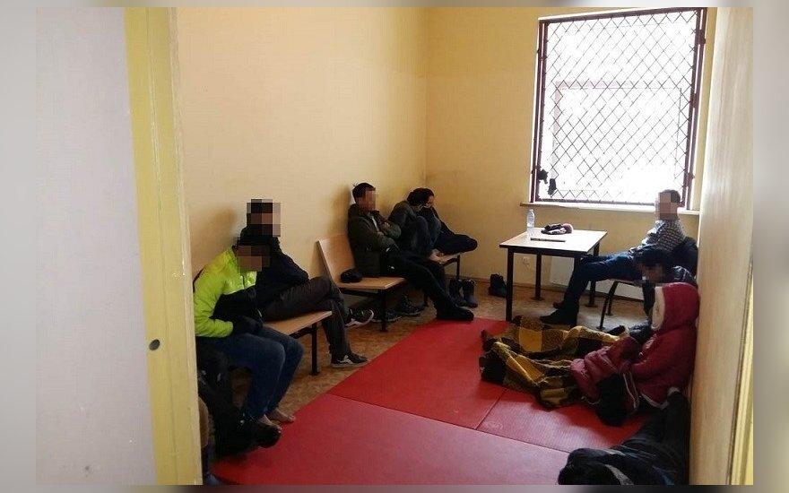 Policija ir pasieniečiai sulaikė didelę nelegalių emigrantų grupę - žmones vežė krovinių skyriuje