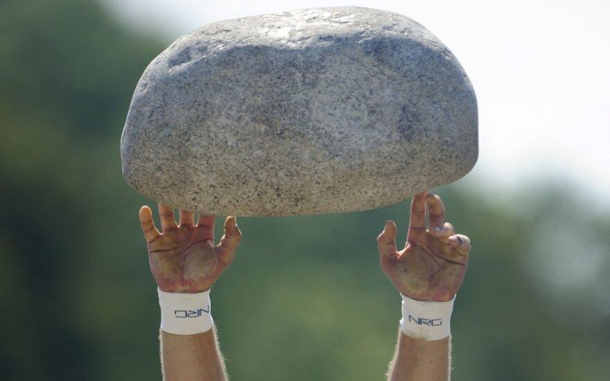 Atletas meta akmenį varžybose Šveicarijoje