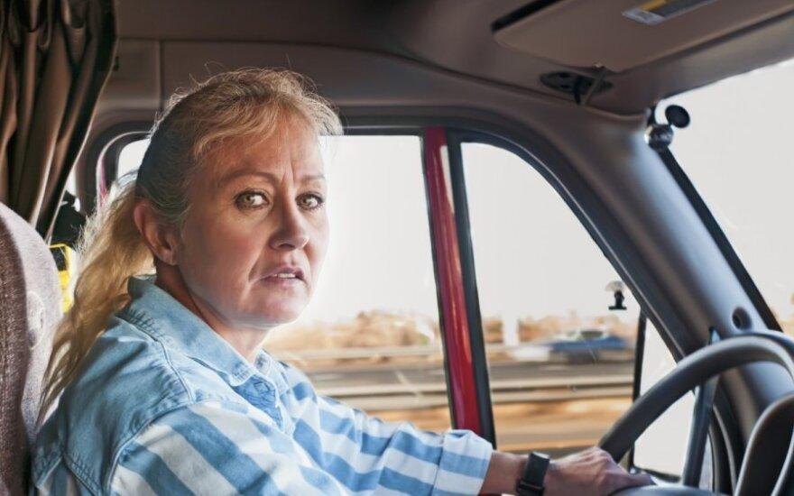 Sunkvežimį vairuojanti moteris