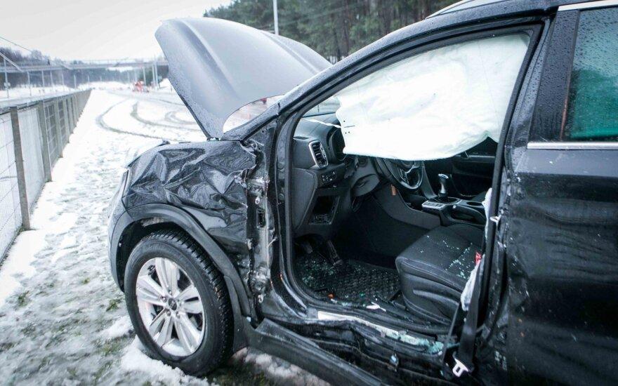Vilniuje sudaužytame automobilyje prispaustą vairuotoją vadavo ugniagesiai