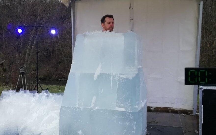Vilnietis Modestas Stumbrys ledo talpoje išbuvo daugiau kaip 45 minutes