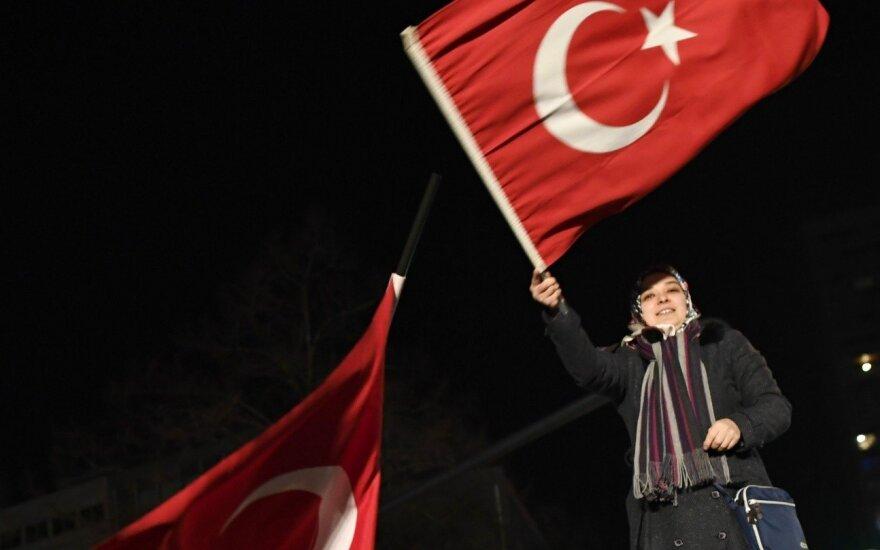 """Nyderlandai išsiuntė iš šalies """"neatsakingą"""" Turkijos ministrę"""