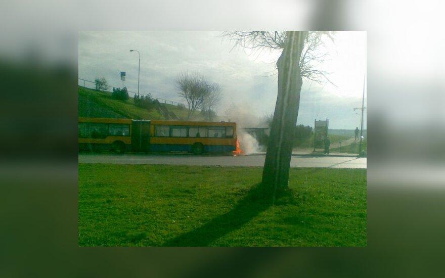 Vilniuje rytinio piko metu užsidegė autobusas
