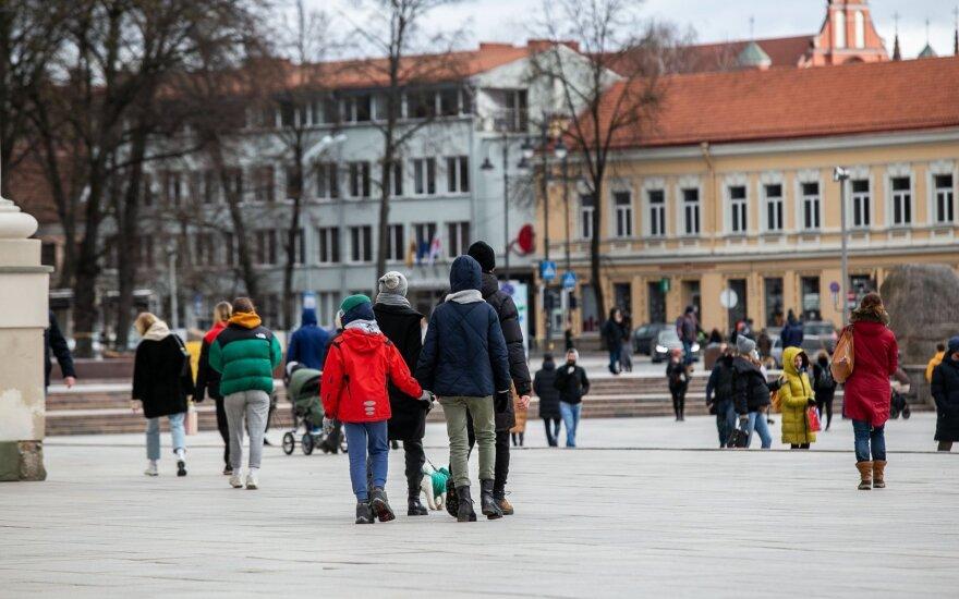 Vilniečiai mėgaujasi paskutiniu žiemos savaitgaliu: gatvėse – minios žmonių